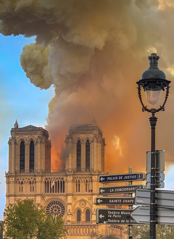 Notre_Dame_on_fire_15042019-1_(cropped)